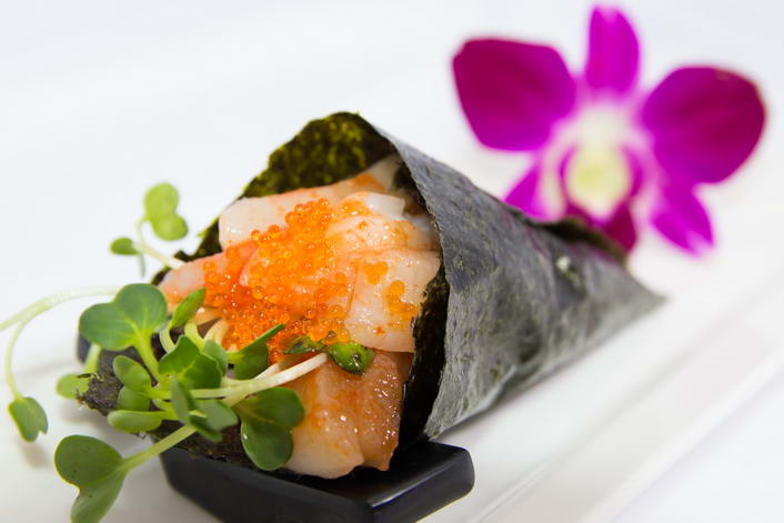 HR6. Spicy hotate hand roll