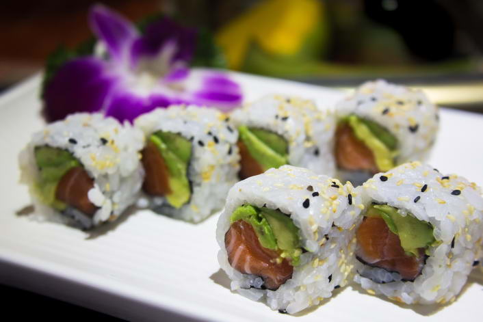MA20. Avocado salmon maki